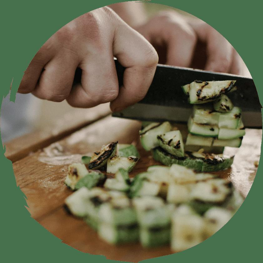 Angebratene Zuchhini werden geschnitten