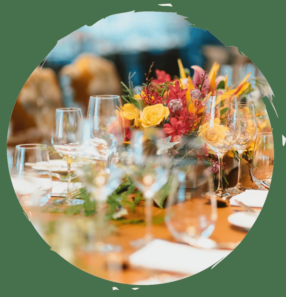 ein fein eingedeckter Tisch mit Blumenbouquet - Flämingcatering