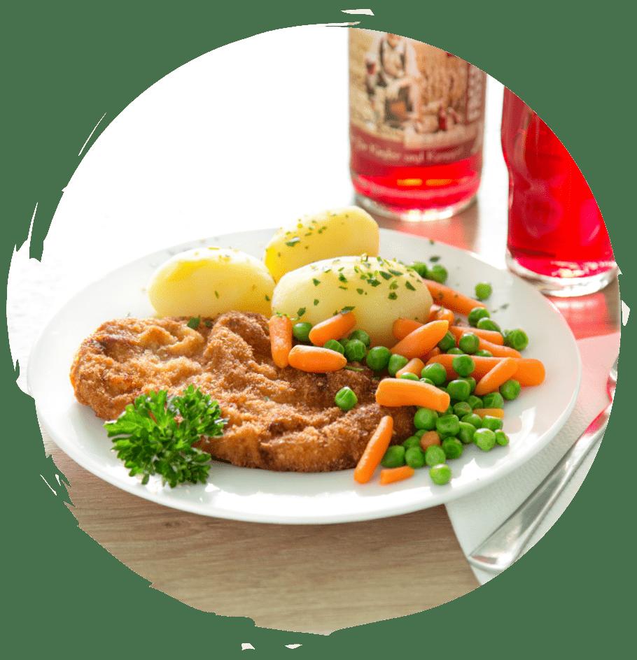 ein Mittagstisch: Schnitzel, Mischgemüse, Kartoffeln