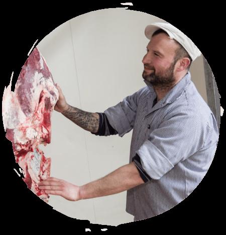ein Fleischer der Neumarkt Fleischerei bei der Arbeit